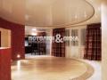 Лаковый круглый потолок в гостиной