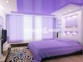 Двухуровневый глянцевый потолок в спальне