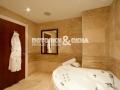 Спокойный матовый потолок в ванной