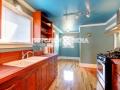 Голубой потолок в кухне