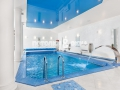 Лаковый потолок в бассейне